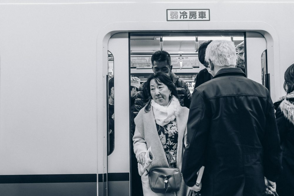 Tokio Ubahn Frau steigt aus