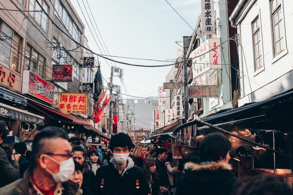 Markt in Tokio mit Menschen